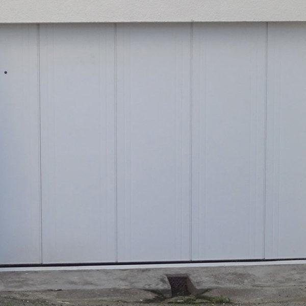 porte de garage latérale blanche