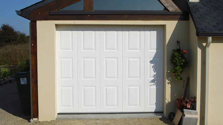 porte de garage latérale blanche effet bois