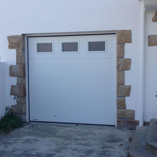 porte de garage sectionnelle blanche avec vitres