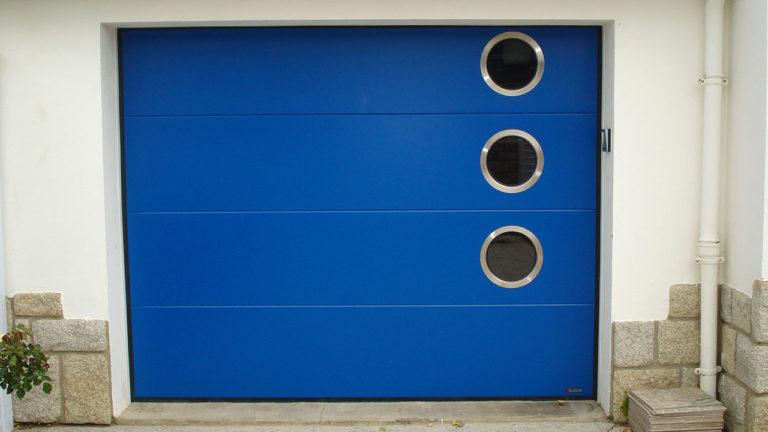 porte de garage sectionnelle bleue vif avec hublots