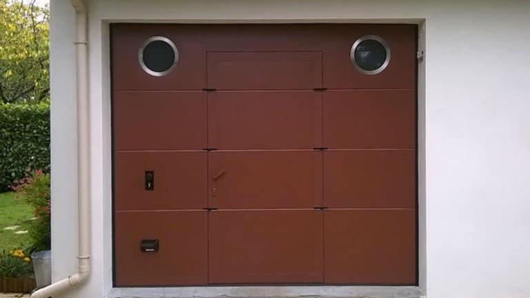 porte de garage sectionnelle marron avec deux hublots