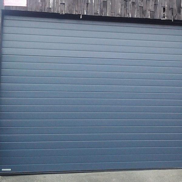 porte de garage sectionnelle bleue foncée