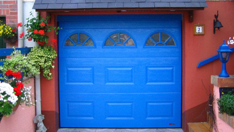 porte de garage sectionnelle bleu vif avec vitres