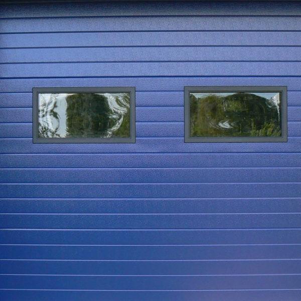 porte de garage sectionnelle bleue foncée avec vitres