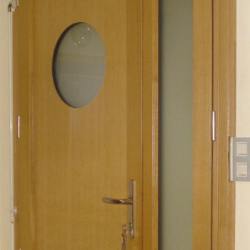 porte mixte avec hublot et une vitre sur le côté