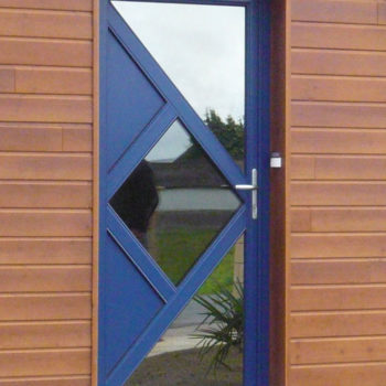 porte mixte bleue avec des vitres effet miroir
