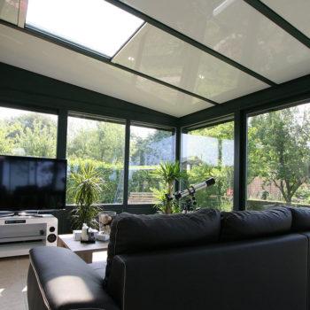 véranda aluminium noire avec une seule ouverture dans le toit
