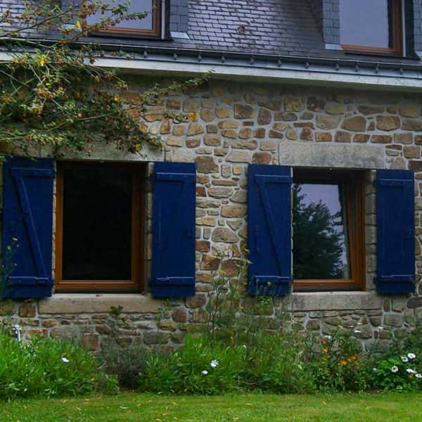 volets battants fenêtres bleus marines