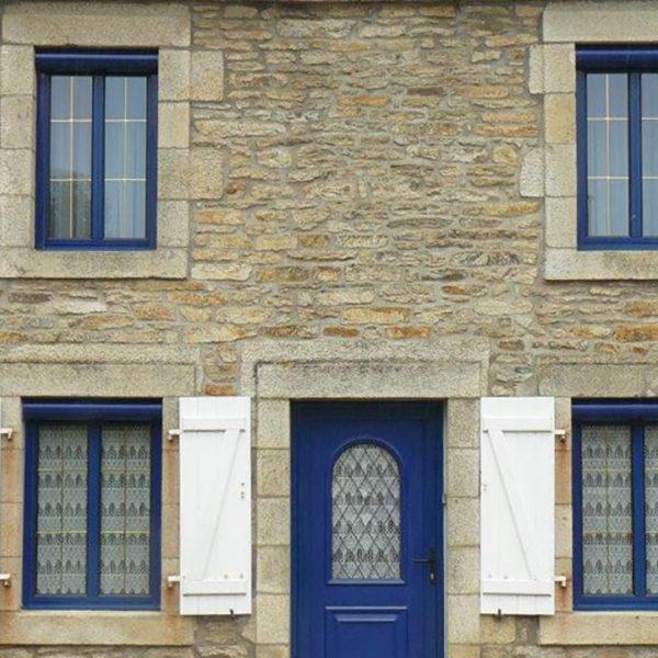 rénovation volets sur les fenêtres d'une maison