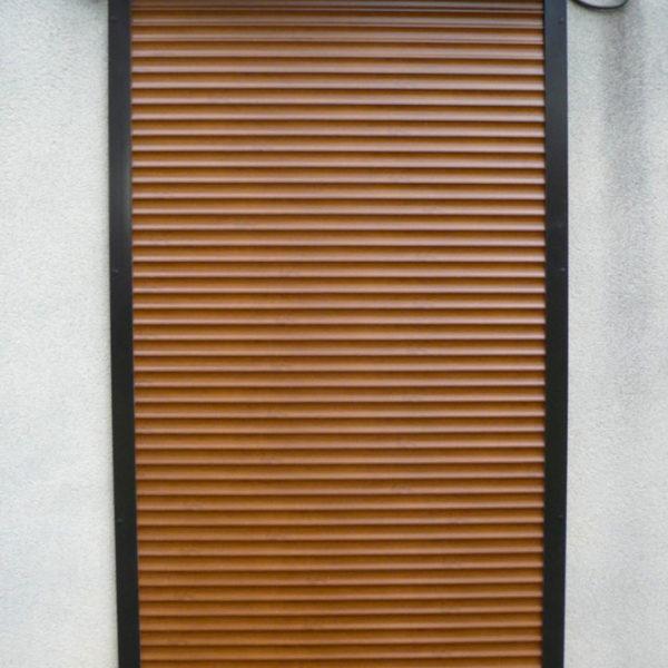 rénovation volets marrons fermés