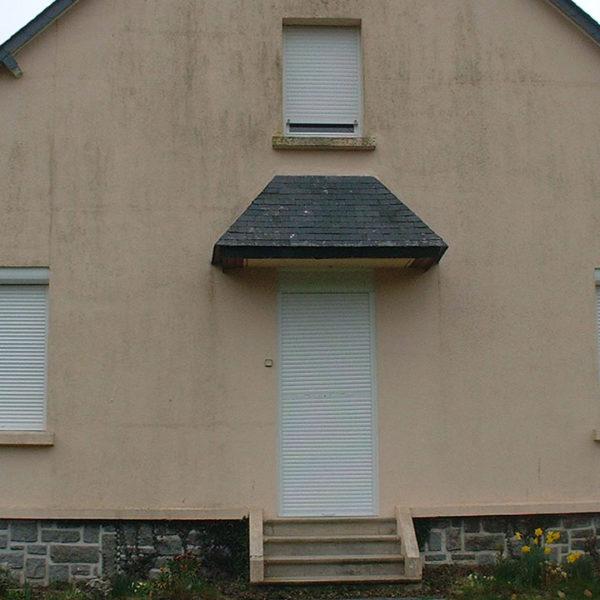 volets roulants fermés d'une maison