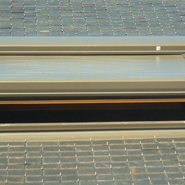 volets fermés fenêtre de toit ouverte