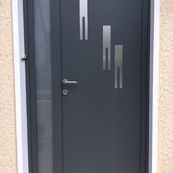 porte d'entrée aluminium gris anthracite avec motifs et vitre sur le côté gauche