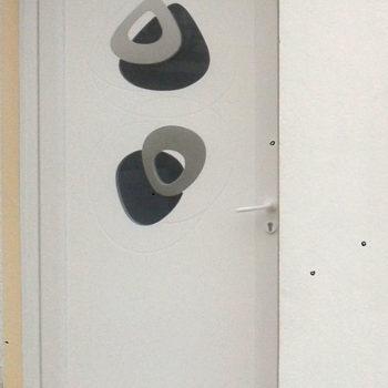 porte d'entrée pvc blanche avec détails et motifs