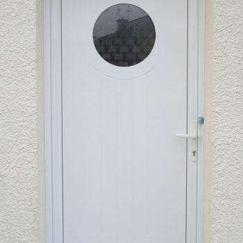 porte d'entrée pvc blanche avec hublot