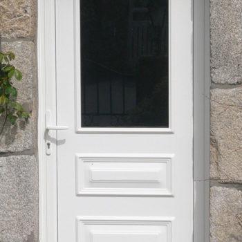porte d'entrée pvc blanche vitrée en haut