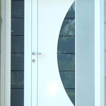 porte d'entrée pvc blanche et grise vitrée