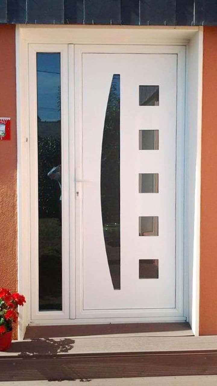 porte d'entrée pvc blanches avec vitre sur le côté