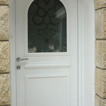 porte d'entrée pvc blanche vitrée avec détails