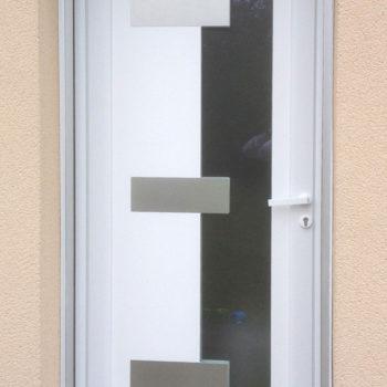 porte d'entrée pvc blanche vitrée avec motifs