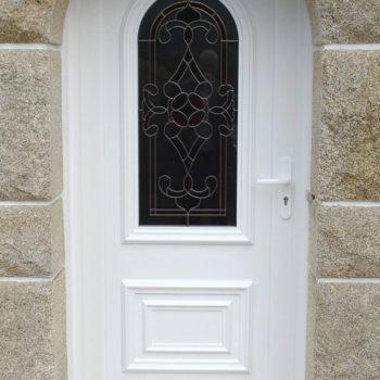 porte d'entrée pvc blanche avec vitrail