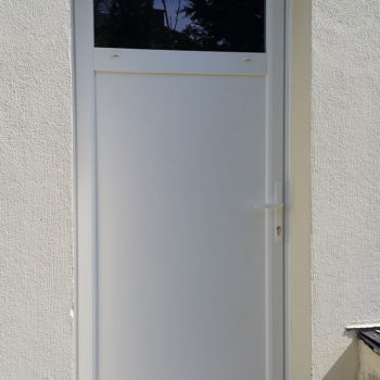 porte d'entrée pvc blanche avec vitre tout en haut