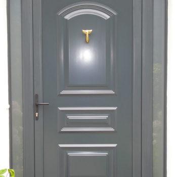 porte d'entrée pvc grise avec vitres sur les côtés