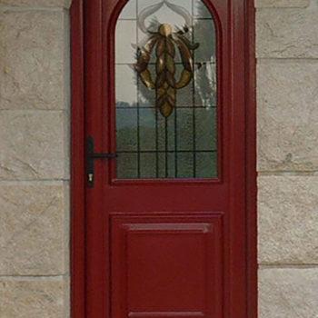 porte d'entrée pvc rouge avec vitrail