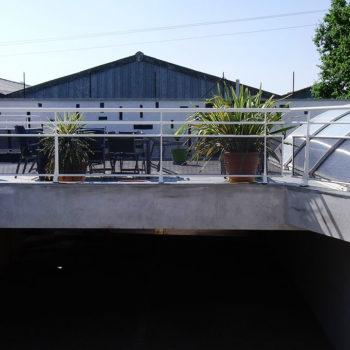 garde-corps toit blanc et noir