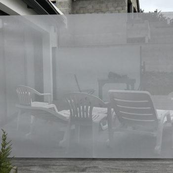 pare-vent opaque gris (côté)