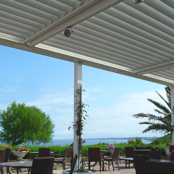 pergola bioclimatique blanche restaurant