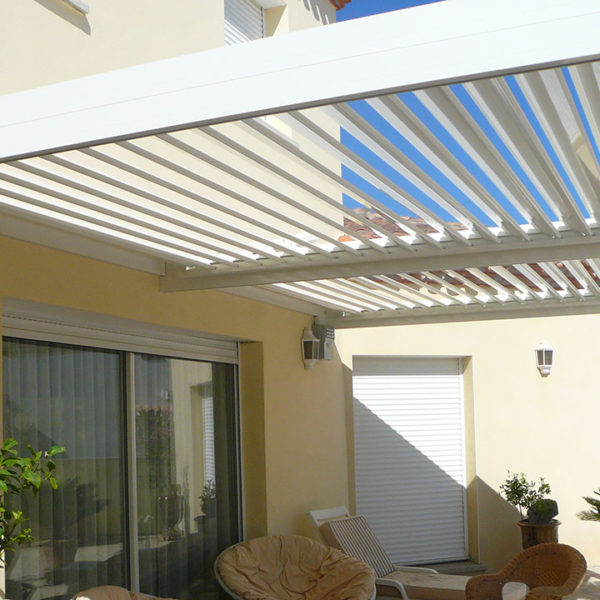 pergola bioclimatique, toit semi-ouvert
