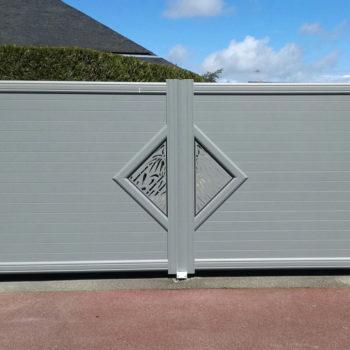 portail aluminium contemporain gris clair à motifs (face)