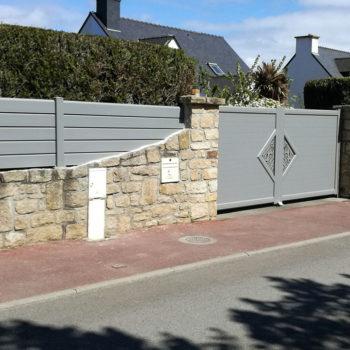 portail aluminium contemporain gris clair à motifs (côté gauche)