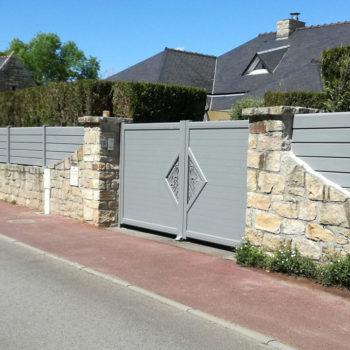 portail aluminium contemporain gris clair à motifs (côté droit)