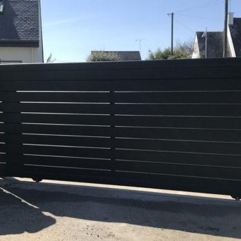 portail aluminium privilège coulissant noir avec vitre blanche sur le côté