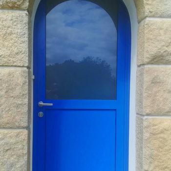 porte d'entrée aluminium bleue vif vitrée en haut
