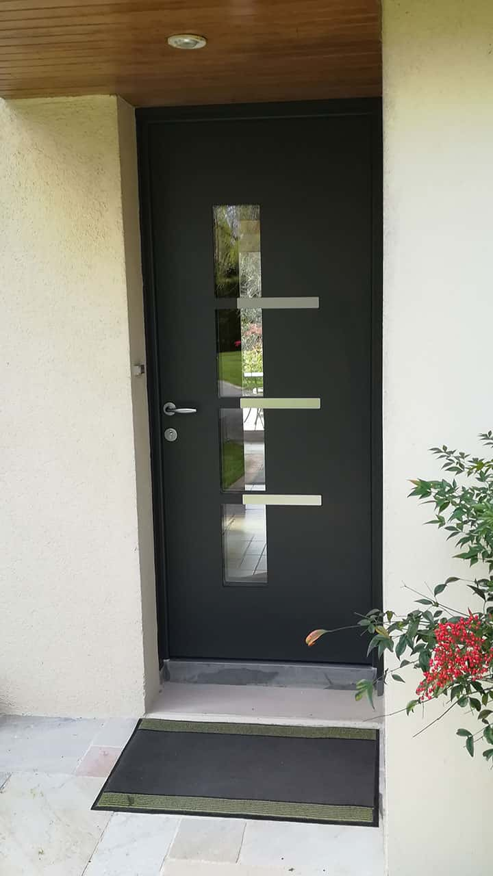 porte d'entrée aluminium noire vitrée avec motifs