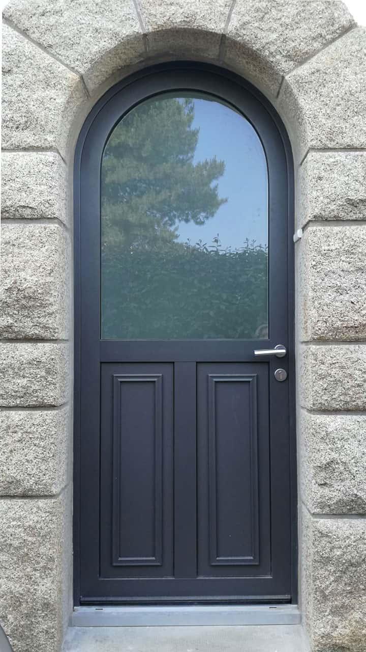 porte d'entrée aluminium noire vitrée en haut