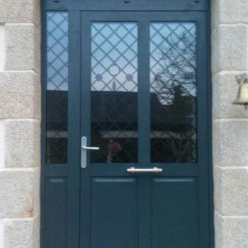 porte d'entrée aluminium verte foncé vitrée en haut