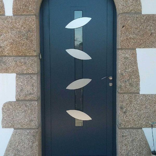 porte d'entrée aluminium noire vitrée avec détails