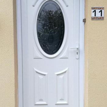 porte d'entrée pvc blanche, vitre ovale