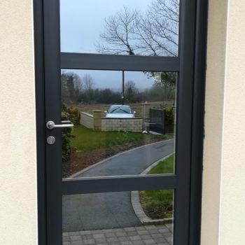 porte d'entrée pvc noire vitrée