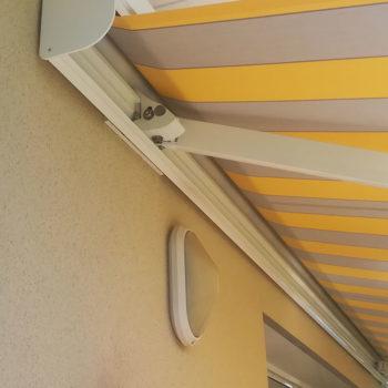 stores banne rayé jaune et gris, détail coffre