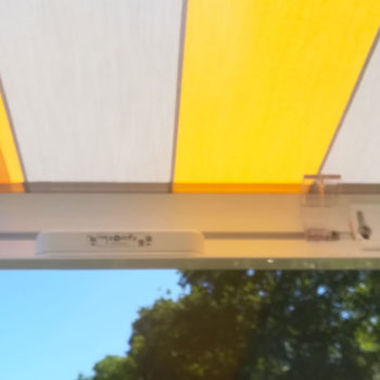 stores banne rayé jaune et gris, détail automatisme