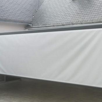 store banne blanc avec store vertical déroulé