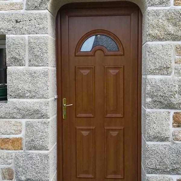 porte d'entrée bois avec reliefs et petite fenêtre